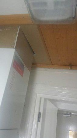 GR8 Hotel: The bathroom ceiling in room 1 - exposed boiler