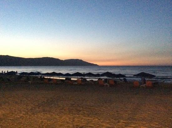 Happy Days Hotel and Bungalows: la plage de l'hotel au soleil couchant