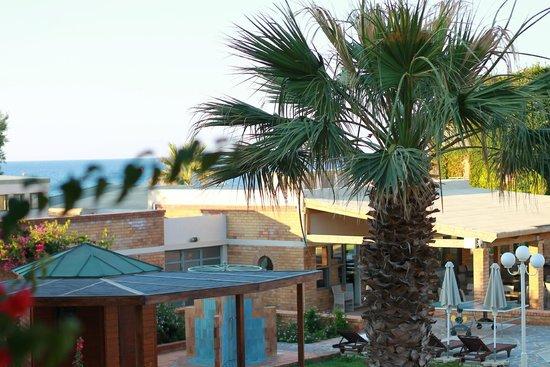 Bella Beach Hotel : Отель и местность