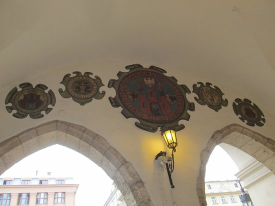 Halle aux draps (Sukiennice) : Shields and signs inside the north access wall