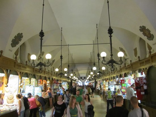 Halle aux draps (Sukiennice) : The single run of stalls