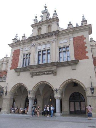 Halle aux draps (Sukiennice) : Impressive western side central access