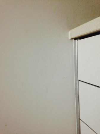 Belmar Spa & Beach Resort: Wall discoloration and paint chips by kitchen area