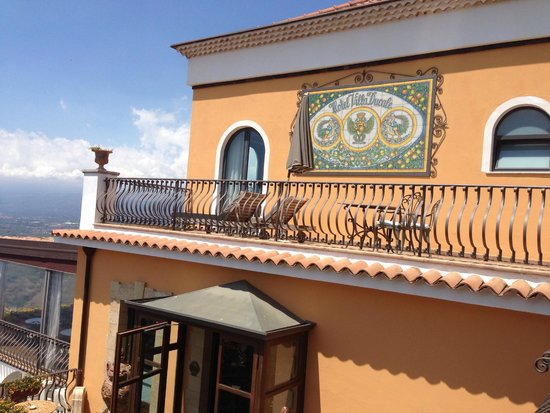 Hotel Villa Ducale: Our own sun terrace with deck chairs and umbrella