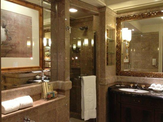 Island Shangri-La Hong Kong: bathroom with L'Occitane products