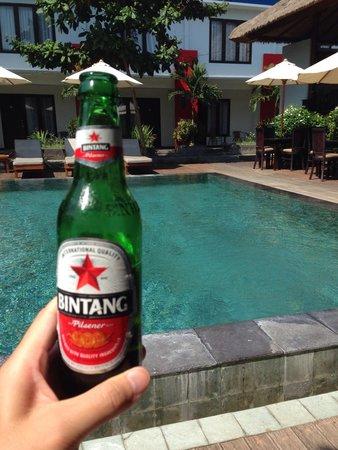 Ozz Hotel Kuta: オッズホテルのプールサイドでへビンタン