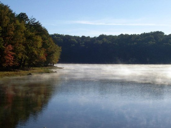 The Inn at Fall Creek Falls State Park: View of the lake from motel room