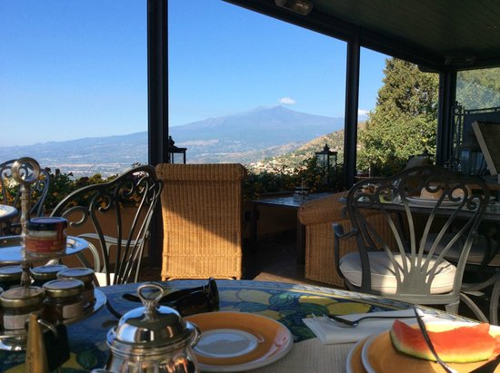 Hotel Villa Ducale: Breakfast on the Dining Terrace with that amazing view