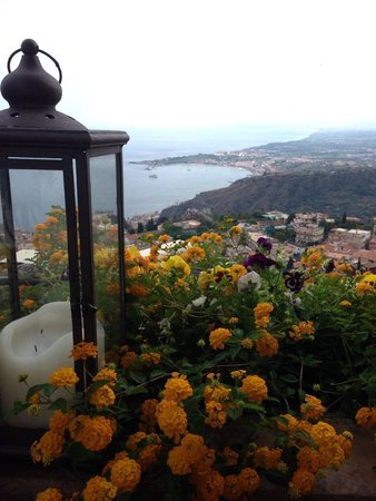Hotel Villa Ducale: Gorgeous sunny flowers bordering the terrace
