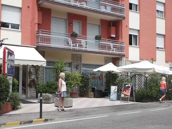 Residenza Turistico Alberghiera Doria: The front of the hotel with the bar garden on the right
