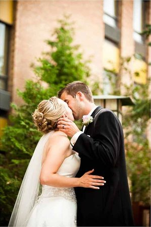 Algoma's Water Tower Inn & Suites: Wedding ceremonies are more special in our landscaped courtyards.