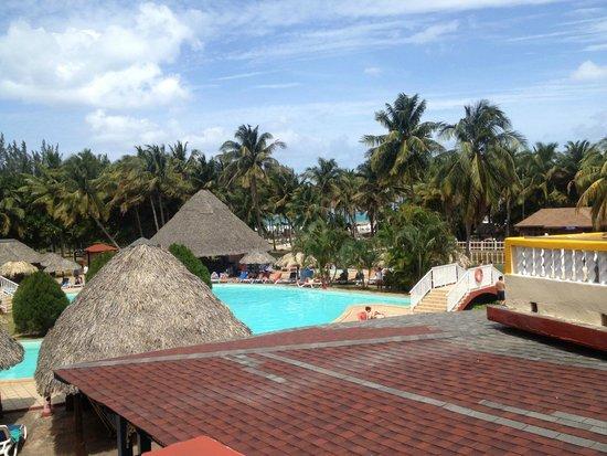 Brisas del Caribe Hotel: главный корпус отеля, вид на басейн и океан