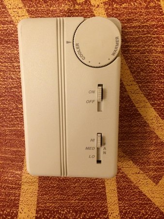 Courtyard by Marriott Newark-University of Delaware: Temperature control. Keep the fan on high to keep air circulating.