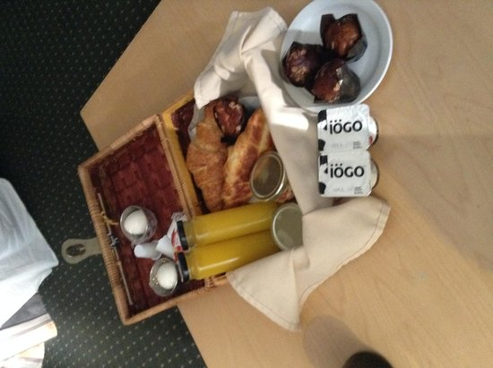 Hotel du Vieux-Quebec : our breakfast basket-lovely and delicious