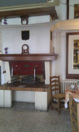 Hotel Jean Le Bon : cheminée de la salle de restauration