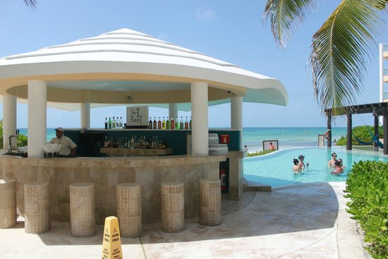 Now Jade Riviera Cancun : Bar at the adult pool
