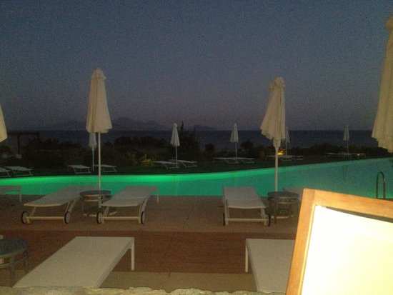 Helona Resort: The infinity pool chnges colour in the evening, from blue, purple, green, red... Beautiful place