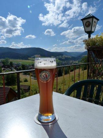 Pension Garni Talblick: je wordt verwelkomd met een biertje op het heerlijke terras met schitterend uitzicht