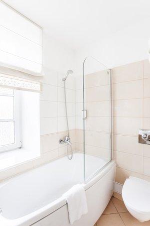 Mabre Residence Hotel: Bathroom