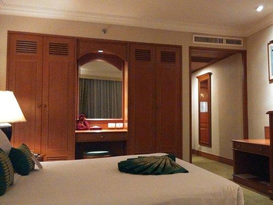 Golden Tulip Sovereign Hotel Bangkok: Wardrobe
