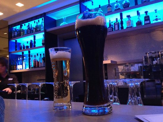 Hotel Indigo Berlin – Centre Alexanderplatz: Beer at the bar