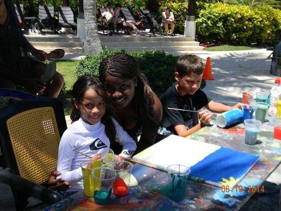 Now Larimar Punta Cana: Lucia pintando en la piscina con la bella Isabel