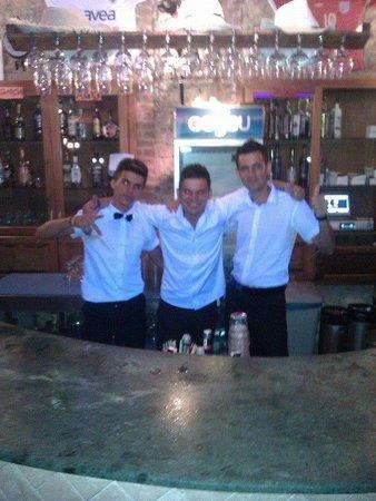 Perdikia Hill: Totally friendly and fun bar staff :)