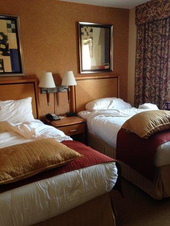 Skyline Hotel : twin bed room