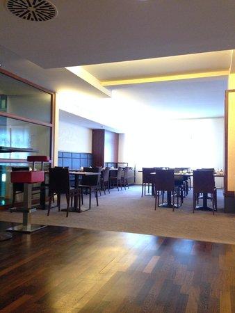 AZIMUT Hotel Cologne : breakfast hall