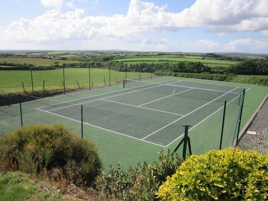 Tregaddra Farm B&B: Tregaddra tennis court with sea views