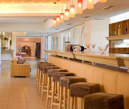 Ariti Grand Hotel: main bar