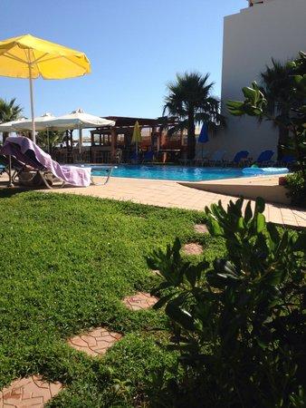 Ilian Beach Apartments : affaccio sul giardino stanza 9
