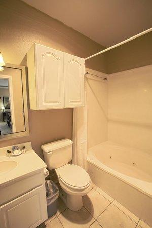 Plantation Suites: Condominium Bathroom