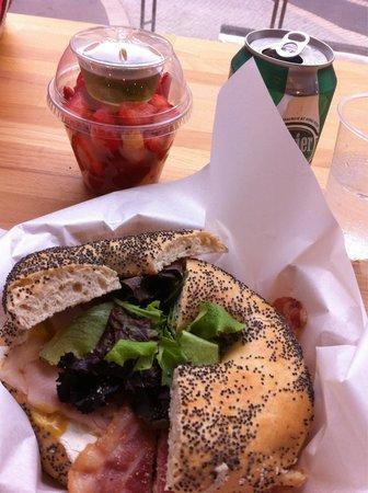 Bagels and coffees: Bagel du mois : guacamole, bacon, salade...+ salade de fruits+boisson