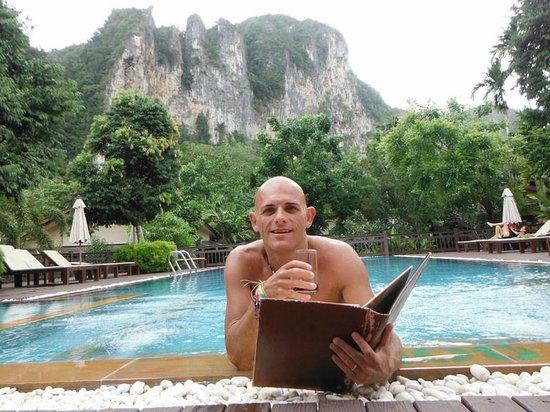 Aonang Phu Petra Resort, Krabi: Ordering more food from the pool