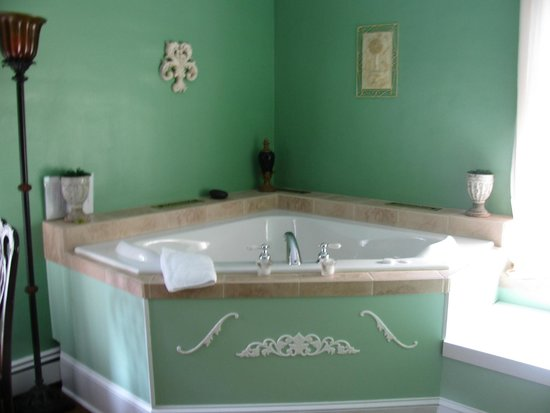 The Windover Inn Bed & Breakfast: 2 person whirlpool tub