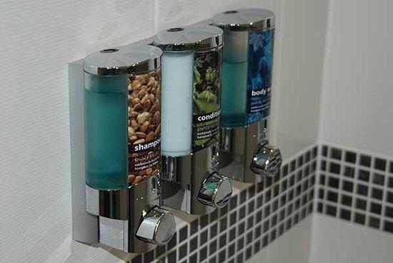 Hampton by Hilton London Waterloo: Shower amenities