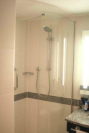 Hampton by Hilton London Waterloo: Shower