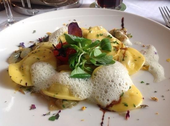 Bistro 7: ravioli med hønse confit og urteskum. Det ser ikke bare godt ud,det smager også godt.