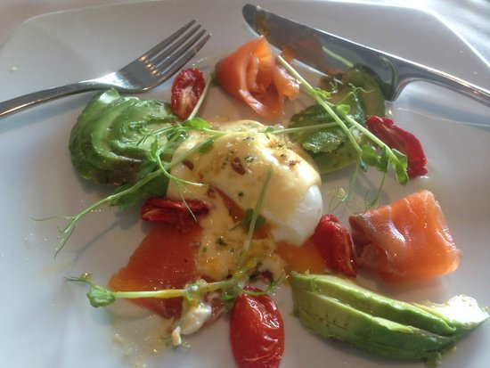 Cape Lodge: Eggs benedict with smoked salmon & asparagas