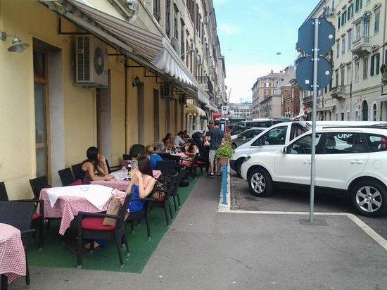Mornar: Outside of the restaurant