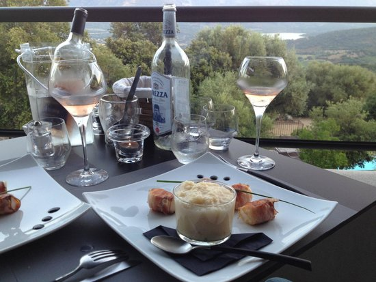 Hôtel A Piattatella : Outdoor sunset dining with a view of the valley and mountains
