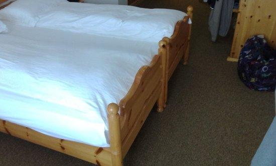 Hotel Arnika Wellness: Struttura del letto troppo corta