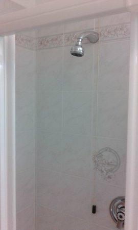 Hotel Arnika Wellness: Box doccia senza tubo flessibile