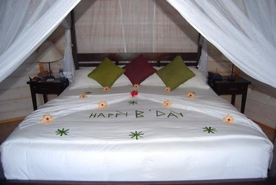 Kuredu Island Resort & Spa: Birthday bed!