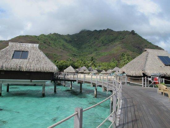 Hilton Moorea Lagoon Resort & Spa: Siempre con nubes en las montañas