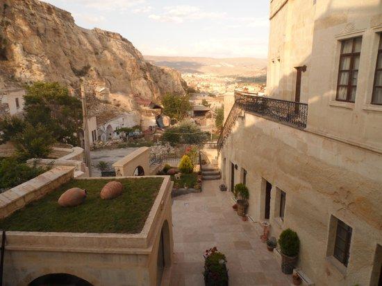 Aithra Cave Hotel: Otelin manzarası