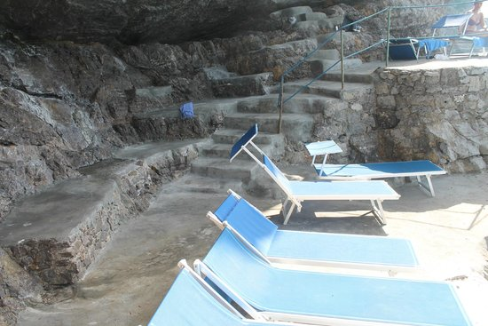 Hotel Torre Saracena: Lounge area at the sea