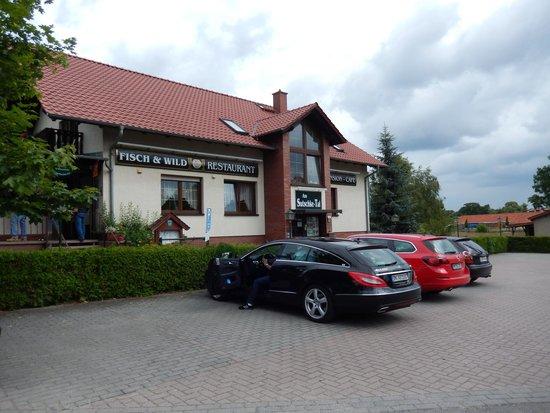 Bestensee, Alemania: Parking lot with the Hotel in front