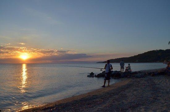 Julia Studios: рыбак какой то на пляже